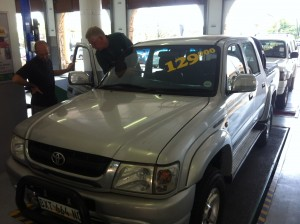 Two experts do the technical examination of our Toyota Hilux.